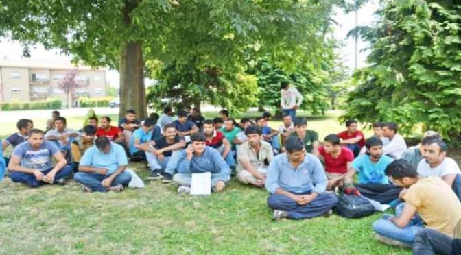 """Pakistani occupano parco: """"Vogliamo casa e cibo gratis"""""""