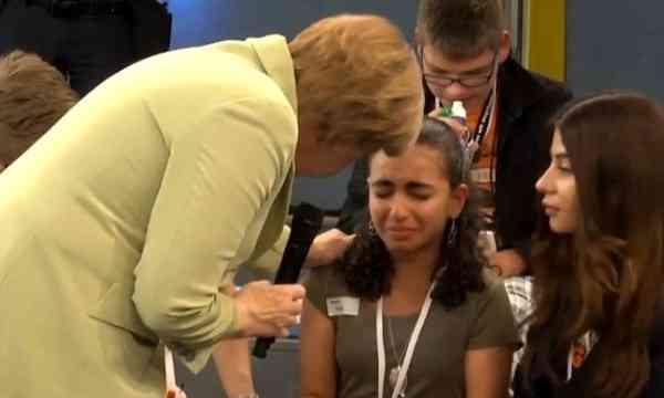 Fece da spalla alla Merkel: premiata con permesso soggiorno