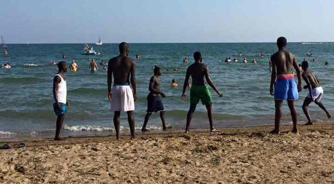 Jesolo: profughi denutriti si rilassano sulla spiaggia