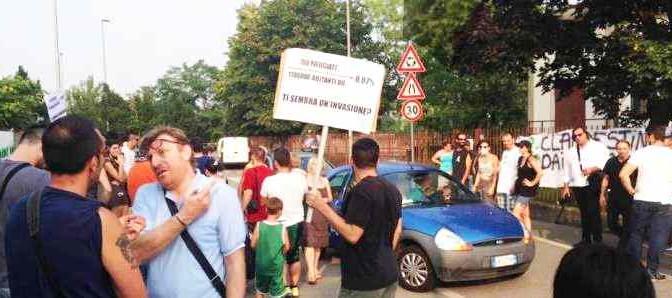 Rovetta resiste: gente in strada, sindaco emette ordinanza per sgombrare hotel dai profughi