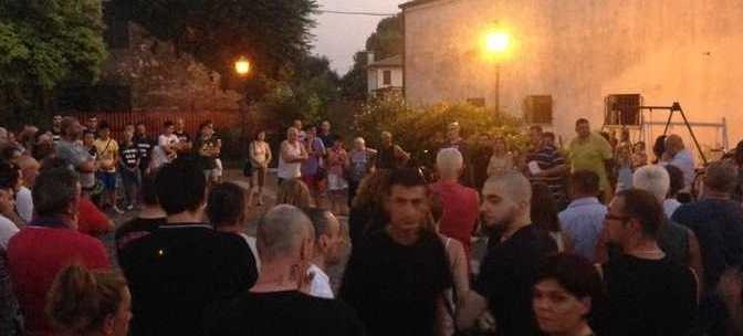 """Teolo e Bagnolo: tutti i cittadini in piazza per dire no ai """"profughi"""" con piscina – VIDEO"""