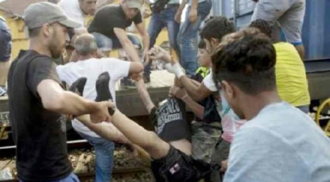 Scontri tra profughi (finti) a confine Macedonia