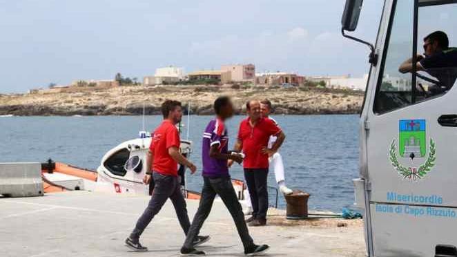 Presunti minori protestano a Lampedusa