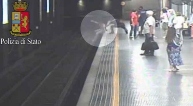 Fidanzato la lascia: si butta sotto metro – VIDEO