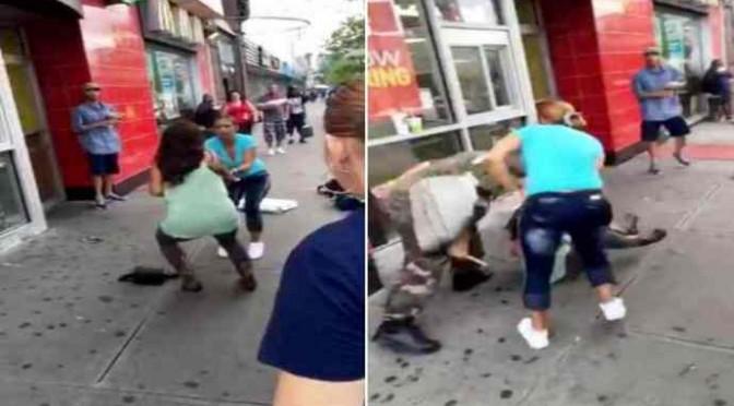 Clandestina infilza uomo con ombrello e coltello alla schiena: morto – VIDEO CHOC