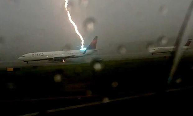 Boeing colpito da fulmine al decollo – VIDEO