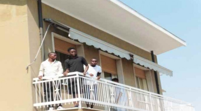 TU PAGHI: Nigeriani prendono possesso villa – FOTO