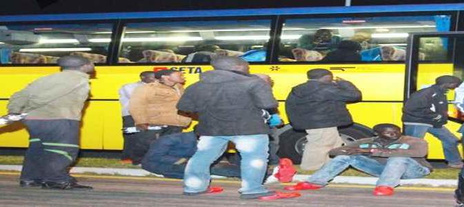 Profughi africani terrorizzano bimbi su scuolabus