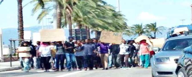 """Sardegna come Kos: """"profughi"""" bloccano strade"""