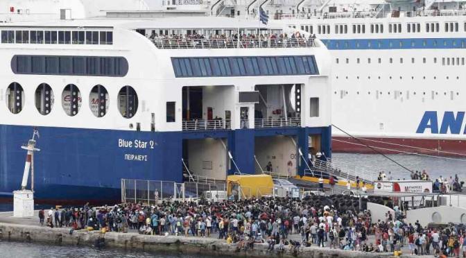 Tsipras traghetta 2.600 clandestini a Salonicco: poi in bus verso confine…