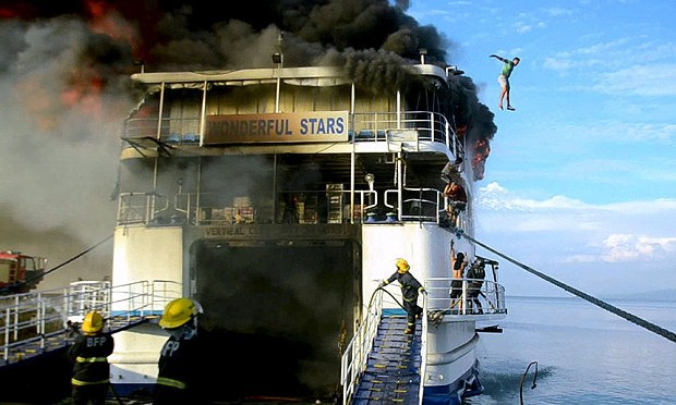 Disperata fuga da traghetto in fiamme – VIDEO