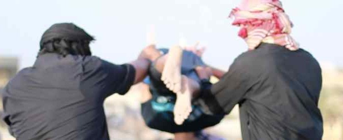 Islamici gettano 9 gay dall'edificio più alto di Mosul