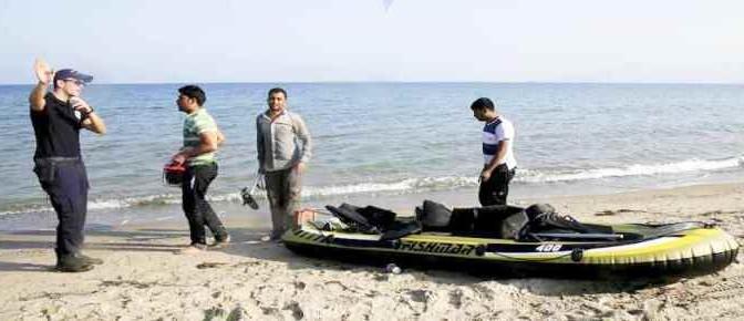 Guardia Costiera li attende su spiaggia e li informa a quale hotel presentarsi