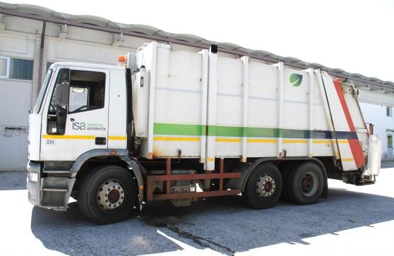 Costretti a rovistare nei camion spazzatura: per recuperare oggetti clandestini