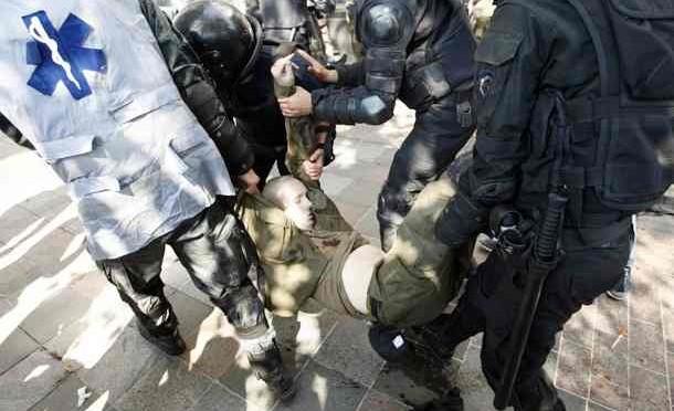 Caos Kiev: Anti-russi lanciano bombe contro Parlamento ucraino
