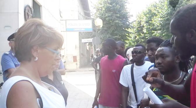 Disordini a Matera: 'profughi' in marcia seminano panico, donne minacciate – VIDEO