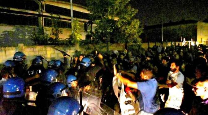 Polizia manganella cittadini: centinaia manifestano contro hotel dei profughi – FOTO