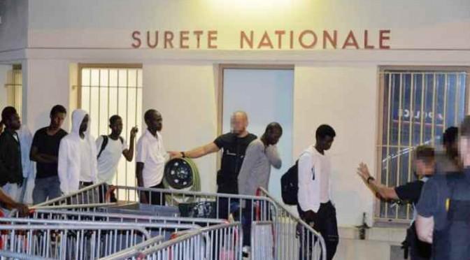 Militari francesi beccati a scaricare clandestini in Italia