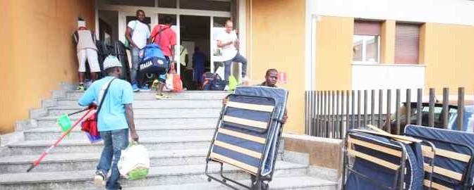 Ecco i finti profughi in arrivo al Ferrhotel di Lecco