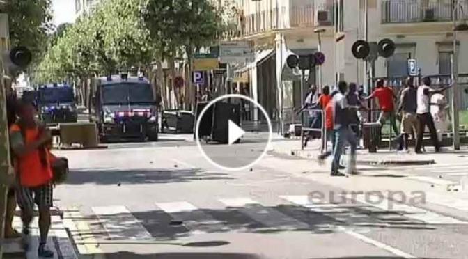GUERRIGLIA: Senegalesi assaltano cittadini e poliziotti – VIDEO