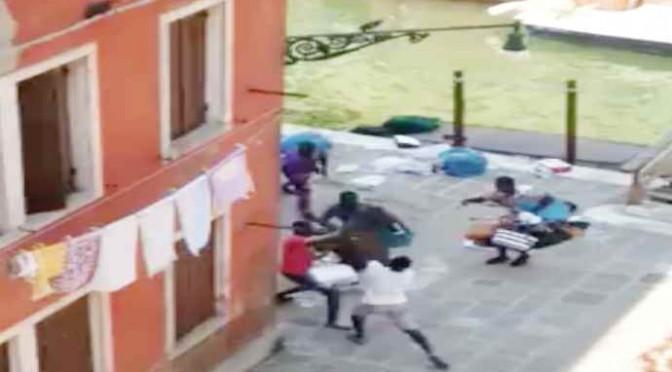 VENEZIA: Scontri per il 'posto vendita' tra abusivi – VIDEO