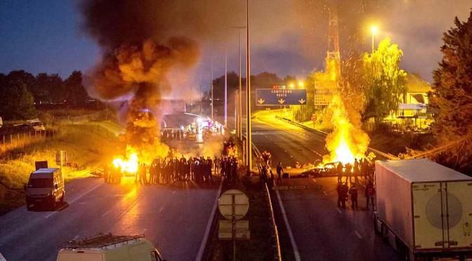 Zingari bloccano autostrada, danno alle fiamme pneumatici