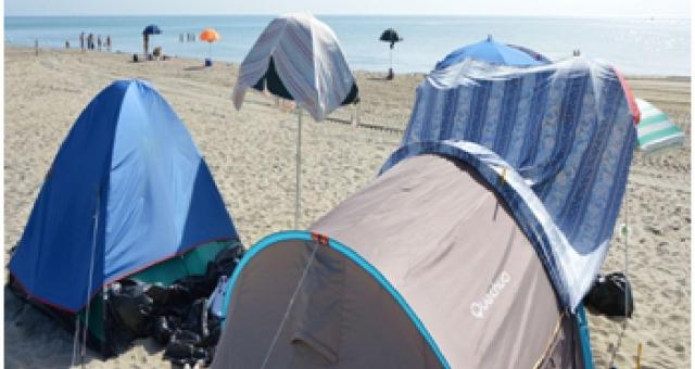 """Famiglia italiana vive in tenda su spiaggia: """"Governo pensa solo a immigrati"""" – FOTO"""