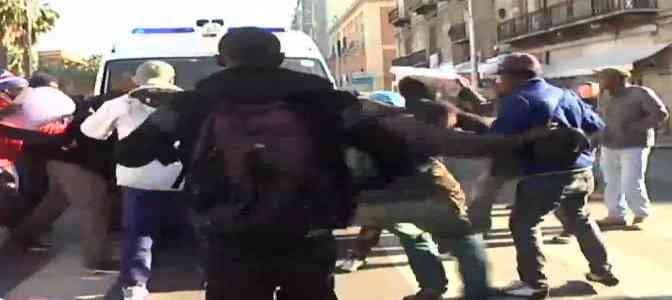 Immigrati assaltano ambulanza, sassate contro soccorritori
