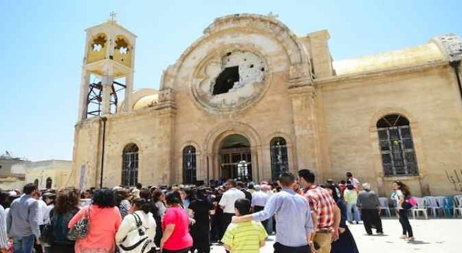 Mille cristiani a casa dopo 2 anni: eccoli davanti la chiesa distrutta