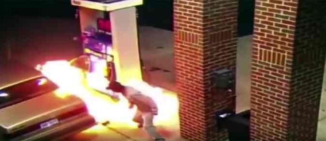 Afro usa accendino per uccidere ragno: mentre fa benzina! – VIDEO