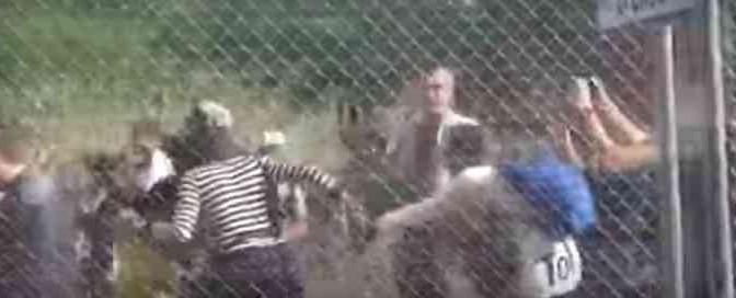 Profughi trascinano loro donna, la usano come scudo – VIDEO CHOC