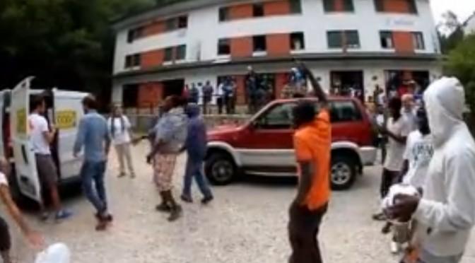 Vicenza: guardate come se la spassano i profughi (finti) – VIDEO