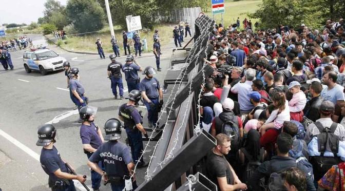 Islamici assaltano barriera ungherese: scontri, agenti li respingono
