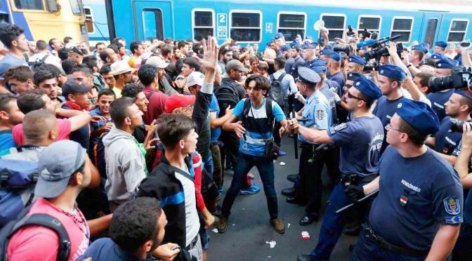 L'orda islamica assedia Budapest: stazione assaltata – FOTO