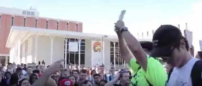 Studente strappa Corano davanti a folla islamica: tentato linciaggio – VIDEO