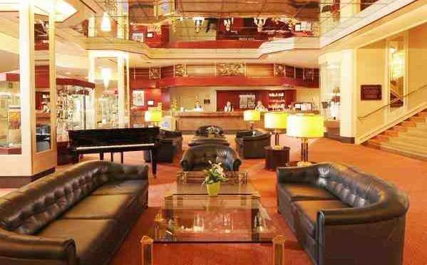 Hotel di lusso diventa centro per 740 profughi: 60 dipendenti licenziati