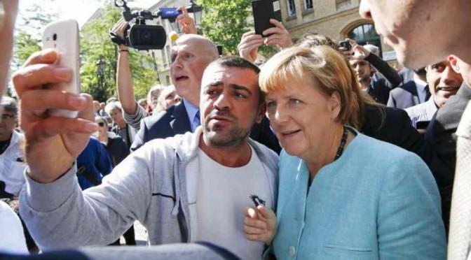 Merkel accolta come eroina in campo per clandestini