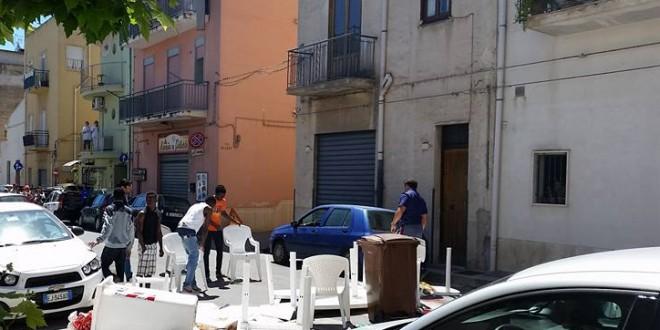 Profughi bloccano strada e assaltano passanti