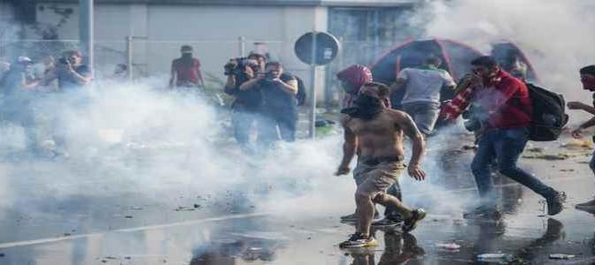 E' guerra: Islamici sfondano barriera in un punto, 20 agenti feriti – FOTO