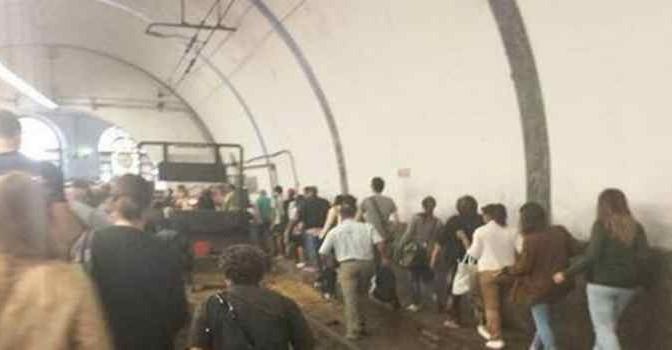 Roma: cittadini a piedi sui binari, dopo 'cambio orari'