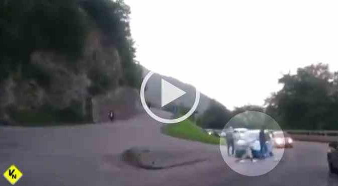 Profughi assaltano auto, bloccate a sassate – VIDEO CHOC