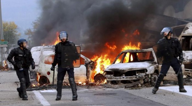 Zingari assediano cittadina: auto date alle fiamme, saccheggi – VIDEO