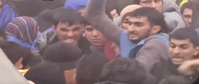 """Giornalista tra i profughi: """"Mi volevano stuprare"""" – VIDEO"""