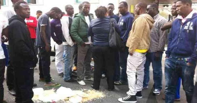 """Profughi nigeriani gettano cibo: """"Pasta al sugo ci fa schifo"""""""