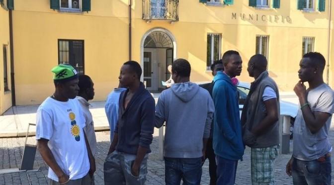 """Profughi in piazza: """"Vogliamo soldi per vestiti nuovi"""""""