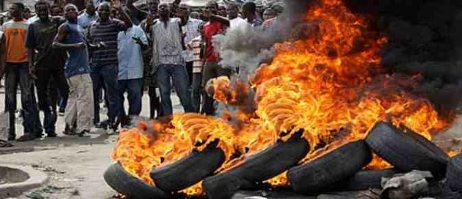 Profughi devastano hotel, poi incendiano copertoni in strada