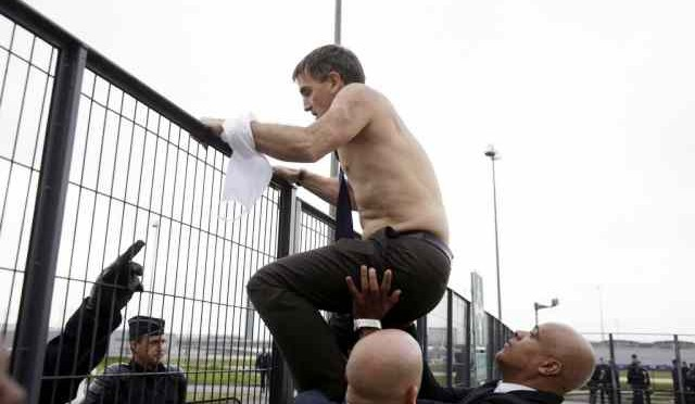 AIR FRANCE: dipendenti inseguono dirigenti nudi in fuga