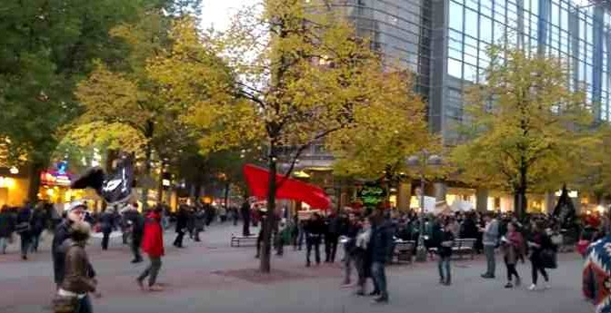 Islamici marciano in città tedesca: bandiere ISIS? – VIDEO