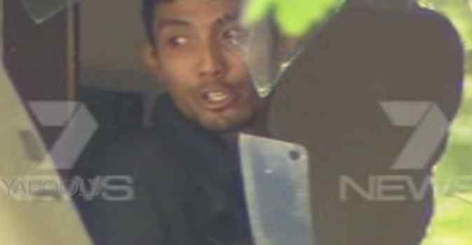 Islamico armato di mannaia assalta bar: barricato