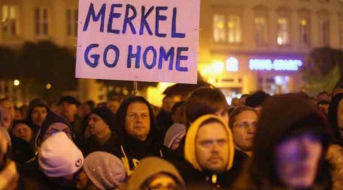 Dresda: folla di 40mila tedeschi chiede dimissioni Merkel